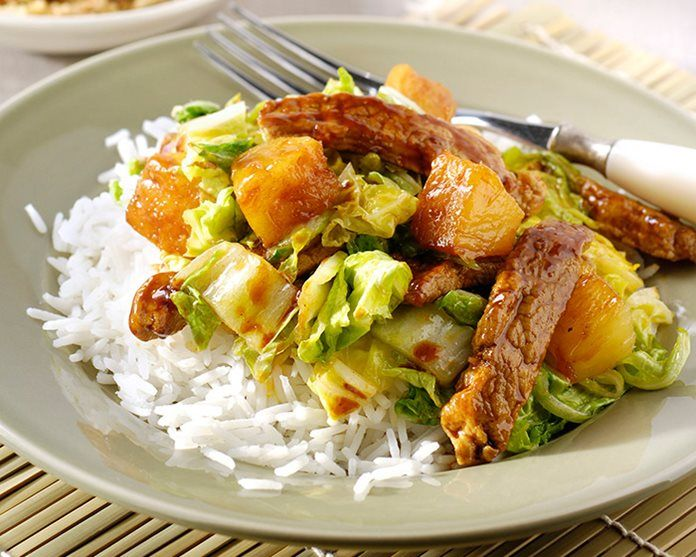 Rundvlees met hoisin saus, kool en ananas recept