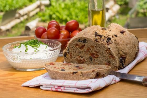 celozrnný chléb se sušenými rajčaty a olivami