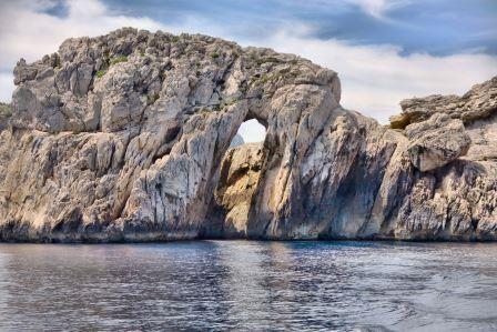 Wiatr we włosach, ibiziańskie słońce, krystalicznie czysta woda, drinki na pokładzie to i wiele innych atrakcji możesz przeżyć podczas wycieczki łodzią motorową. Speed boat zabierze Cię w najpiękniejsze miejsca zachodniej części Ibizy. Podczas wycieczki zwiedzisz jaskinie, plaże i zatoczki między innymi: jaskinia przemytników, cala conta, cala bassa, port des torrent, domki rybackie. Hiszpańska sangria, piwo i napoje w cenie wycieczki. Cena wycieczki 35 euro od osoby.