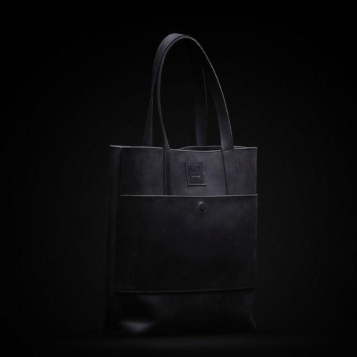 Černá dámská kabelka vyrobená z pravé kůže. Ručně vyrobená kožená kabelka s použitím strojního šití o rozměru 40x35x10 cm. Možnost vlastního loga či nápisu.