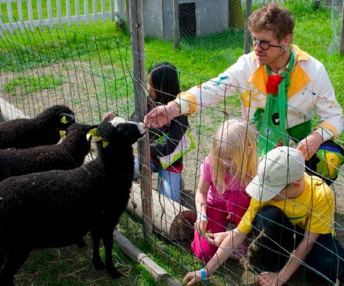Kekko ja lapsukaiset lampaita ruokkimassa. #TravelFinland #Themepark #Jyvaskyla #lammas #lamb