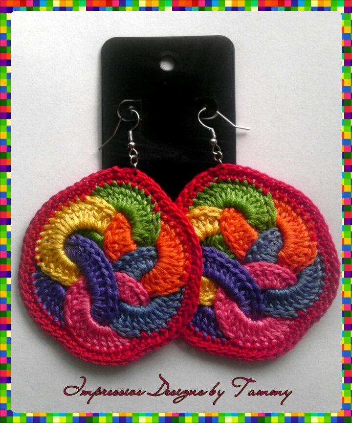 Pendientes arco iris. / Rainbow Fruit Loops Crochet Earrings (Red Lining).