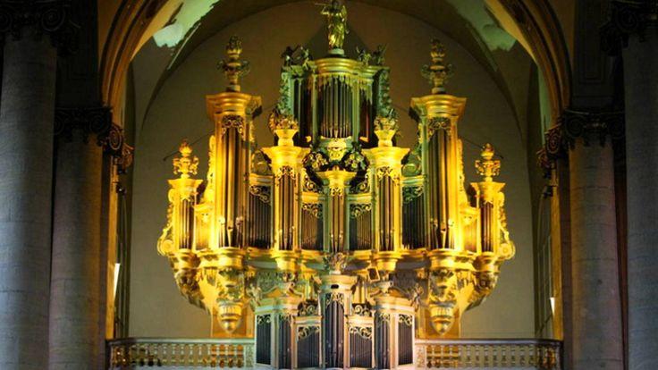 Louis Marchand (1669 - 1732) - Cinquième Livre d'Orgue 1. Basse de Cromorne ou de Trompette 2. Duo 1:20 3. Récit 2:02 4. Plein-Jeu 3:41 5. Fugue 5:04 6. Basse de Trompette ou de Cromorne 7:17 7. Récit de tierce en taille 8:55 Gillian Weir Grand Orgue de l'Eglise de St Maximin, Thionville, France