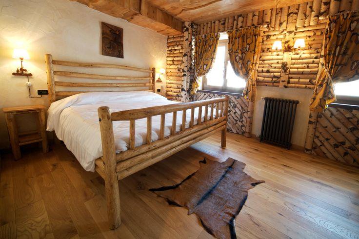 Rivestimento pareti con tronchetti di betulla e soffitto con tavole sovrapposte di cedro — presso Relais Del Nazionale - Vernante.