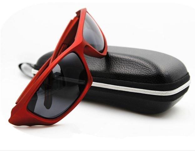 Sportovní pánské polarizační sluneční brýle červené Na tento produkt se vztahuje nejen zajímavá sleva, ale také poštovné zdarma! Využij této výhodné nabídky a ušetři na poštovném, stejně jako to udělalo již velké množství spokojených zákazníků …