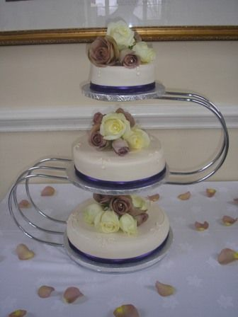 Amnesia and Avalanche Rose cake flowers