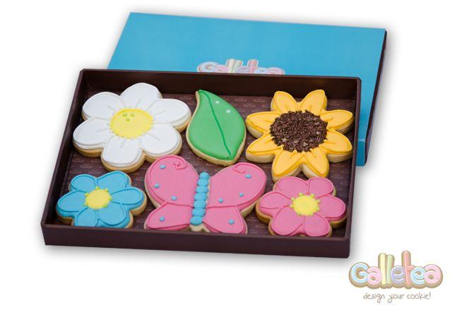 6 galletas decoradas con glasa artesanas.Una linda mariposa, un girasol con el centro de fideos de chocolate, dos flores, una flor blossom en blanca y una hoja con dos gotas de rocio. Diseño de Galletea: http://www.galletea.com/galletas-decoradas/
