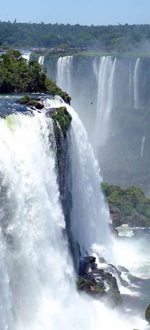 Cataratas Iguaçu, Paraná, Brasil, es una explosión de agua que te absorbe y traslada a la fuerza y belleza pura, te envuelve y desearías integrarte en ella, es tanta la energía que transmiten que te desborda