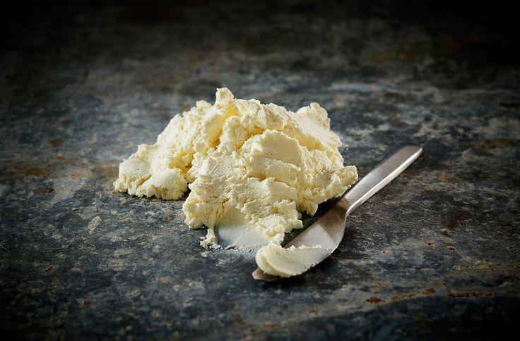 Friskosten Loke får sin særlige karakter ved ekstra lang syrning og afdrypning. En særlig ost med evnen til at absorbere smag fra hvad end der tilsættes.