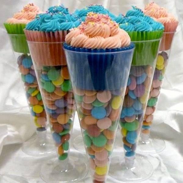 Taça de acrílico transparente com confete colorido e cupcake no topo. Para utilização como centro de mesa, lembrancinha ou decoração infantil.