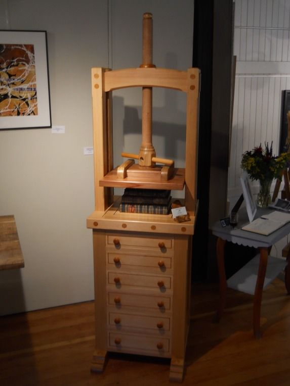 Standing press with drawers-  drawers!!!  http://www.illtydperkinswoodworking.ca/bookbinding_tools/standing-press/