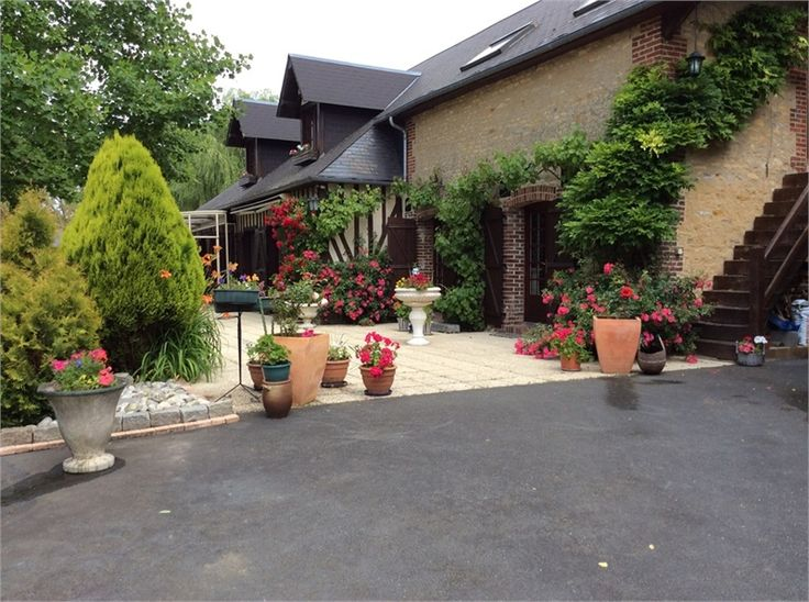 Magnifique maison en pierre à vendre chez Capifrance à Hotot en Auge.    Venez découvrir son sublime parc et ses plus de 220m² habitables.    Plus d'infos > Bruno Haas, conseiller immobilier Capifrance