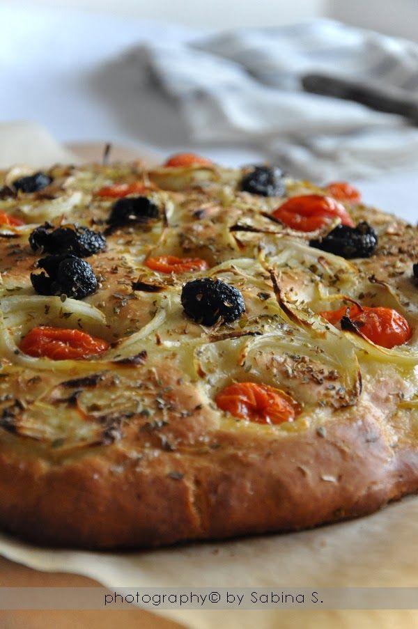 Due bionde in cucina: Focaccia pugliese con pomodorini e olive