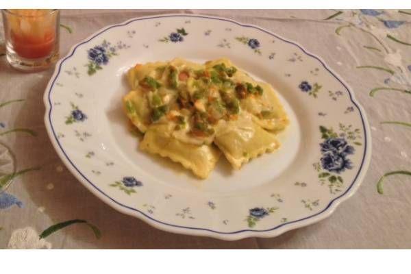 Una ricetta per preparare i ravioli di sempre con salsa creativa ai fiori di zucca e parmigiano: un piatto dal gusto vellutato sulla vostra tavola.
