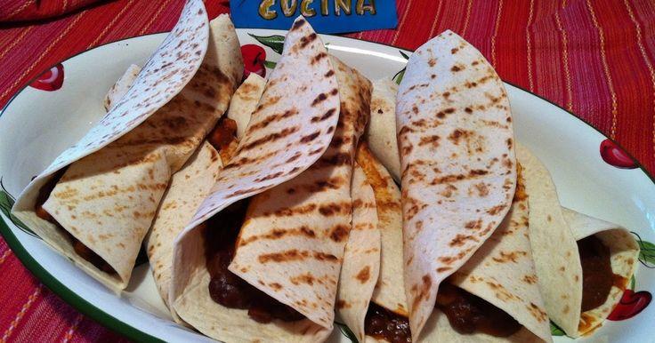 Ingredienti: 6 tortillas messicane (le mie), 200g fagioli rossi messicani secchi, 350g carne macinata di maiale, 100g cipolla tritata, 400g polpa di pomodoro, 1 cucchiaio colmo di chili in polvere, ol