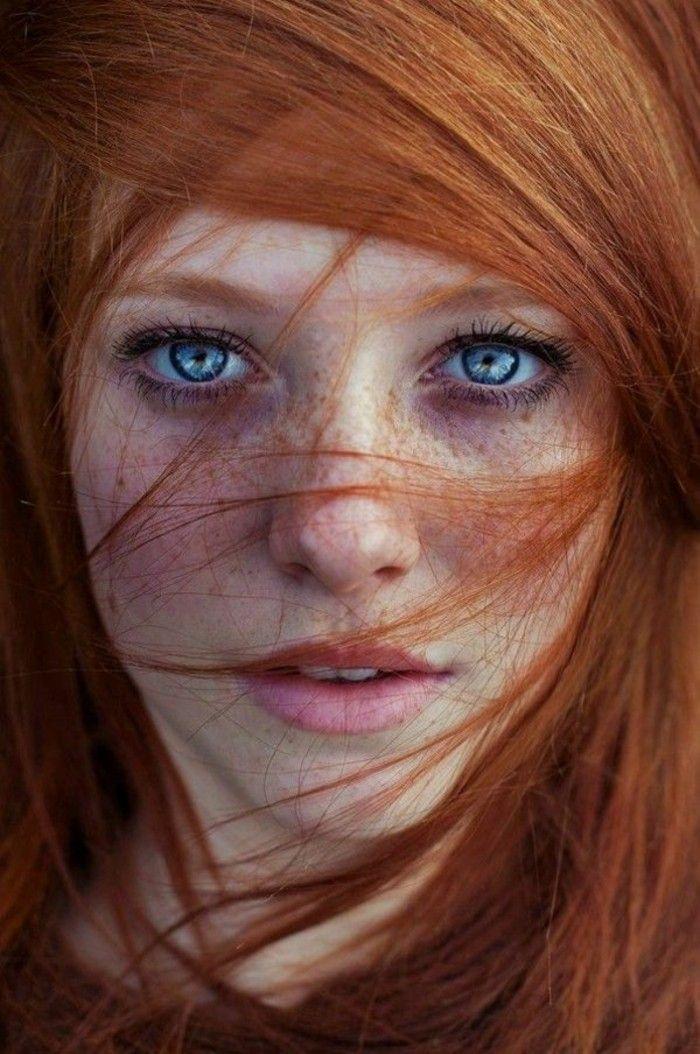 2-color-caoba-pelo-rojo-mujer-ojos-azules-lunares