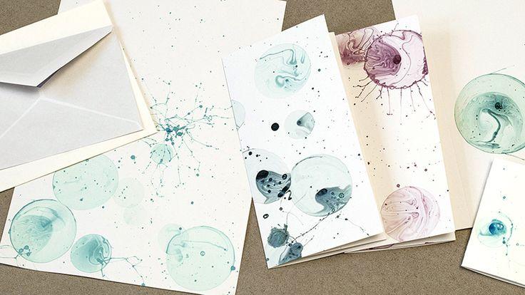 Experimentelles, ungezwungenes Kreativsein hebt die Stimmung an kalten Tagen. Martina Lammel zeigt, wie Sie mit Hilfe von Seifenblasen und etwas Farbe ein tolles Briefpapier selbst gestalten können.