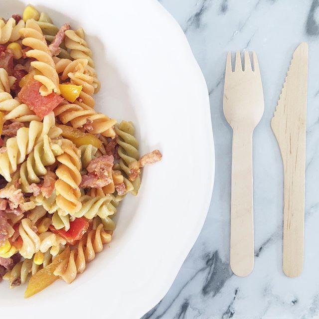 B l o g ! Jammie! Op mijn blog vind je nu het recept van deze lekkere koude pastasalade. Link in profiel! Makkelijk en lekker! #blog #blogger #blogpost #happyjune #happyjuneblog #food #eten #salade #pasta #pastasalade #zomer #eten #fusilli #koudepastasalade #paprika #mais #ui #pesto #rodepesto #spekjes #recept #recepten #koken