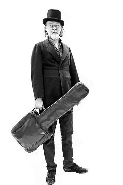 TUOMARI NURMIO ALIAS JUDGE BONE & HOEDOWN – TAMPERE-TALO 24.11.2015 Suomalaisen roots-musiikin ehdoton ykkösvitja Hoedown-yhtye on ollut viime vuosina aktiivinen. Kesäkuussa 2015 ilmestyvällä Hoedownin ja legendaarisen Tuomari Nurmion alias Judge Bonen yhteislevyllä tämä hurja joukko seikkailee Nurmion englanninkielisten kappaleiden myötä roots-musiikin eri polkuja pitkin.