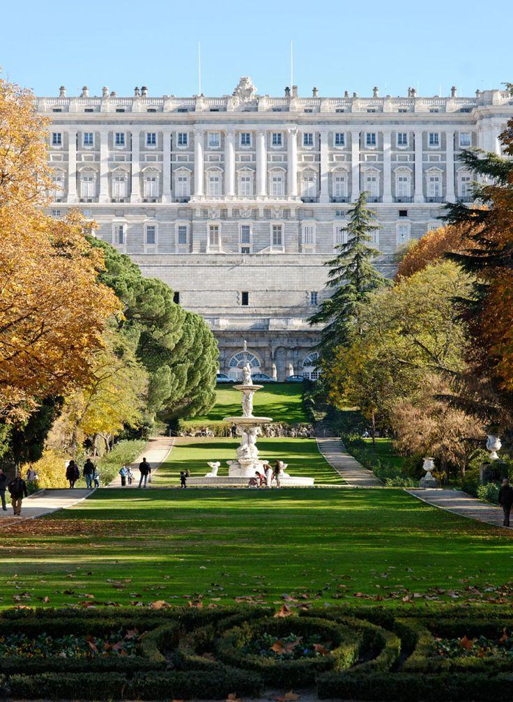El campo del moro y sus pintorescas construcciones. El Campo del Moro son los jardines oficiales del Palacio Real de Madrid, al estilo de Versalles, pero con muchas menos fuentes, destacan por ofrecer la panorámica más verde del recinto palaciego y por los pequeños tesoros que guarda, como una gruta, una casita construida completamente en corcho o el chalecito de la reina, en estilo tirolés.