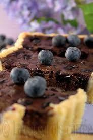 Ingrédients: - 3/4 tasse de crème 35% à cuisson - 3/4 tasse de lait 2% - 1 petite boîte de chocolat Baker ( noir, mi-sucré ) - bleuets congelés ou frais (suffisamment p...
