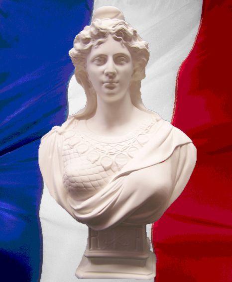 Son emblèmatique allégorique, symbole de la République, Marianne. - Buste de Marianne Classique. - Modèle de Théodore DORIOT de 1879. - Réalisé en staff blanc. Sculpteur né à Vendôme, et élève de Rude, Théodore DORIOT débuta au Salon en 1868 en exposant une statue de Fauna ; il se définissait alors comme « éditeur statuaire » à Neuilly-sur-Marne et ses bustes étaient commercialisés par la papeterie Dorville à Paris. H:45cm, L:28cm, P:20cm. Base : 11 x 13 cm - Poids : 6.5 kg