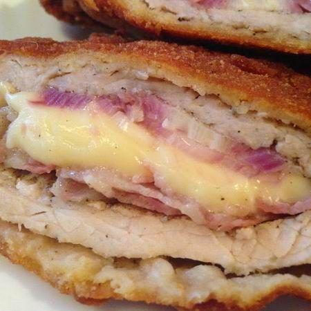 Baconnel, füstölt sajttal és lilahagymával töltött rántott karaj  http://www.mindmegette.hu/baconnel-fustolt-sajttal-es-lilahagymaval-toltott-rantott-karaj.recept