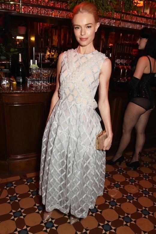 Sieht nur auf den ersten Blick brav aus, auf den zweiten zeigt es sich doch ein wenig durchsichtig: Kate Bosworth trägt auf einer Party ein eisblaues Kleid von Simone Rocha mit Stickereien. Dazu: glitzerne High Heels von Nicholas Kirkwood.