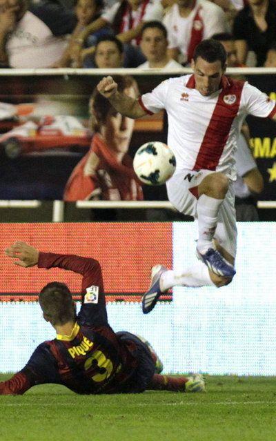 El defensa del Rayo Vallecano Anaitz Arbilla controla el balón ante el defensa del FC Barcelona Gerard Piqué