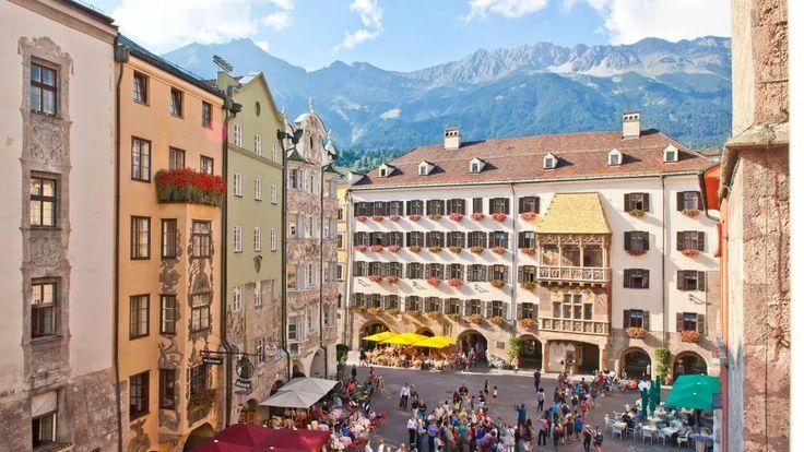 """Wer """"Innsbruck"""" sagt, muss auch """"Goldenes Dachl"""" sagen: Das im regionstypischen Dialekt verkleinerte Dach deckt einen spätgotischen Prunkerker mit 2.657 vergoldeten Kupferschindeln., © Innsbruck Tourismus"""