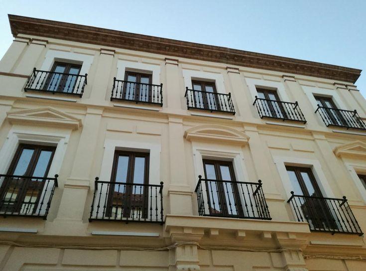 Rehabilitación de fachadas y pintura integral decorativa en Sevilla, limpieza con agua a presión, imprimación acuosa y acabado con revestimiento TKROM