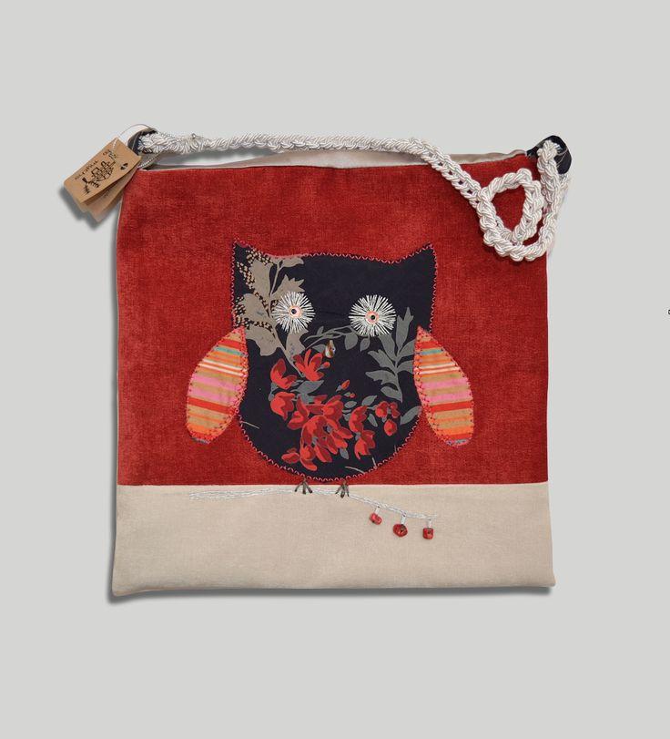 Μοναδική χειροποίητη τσάντα από βελούδο, μεταξωτά υφασμάτινα στοιχεία και κεντήματα με μικρά κοράλια.