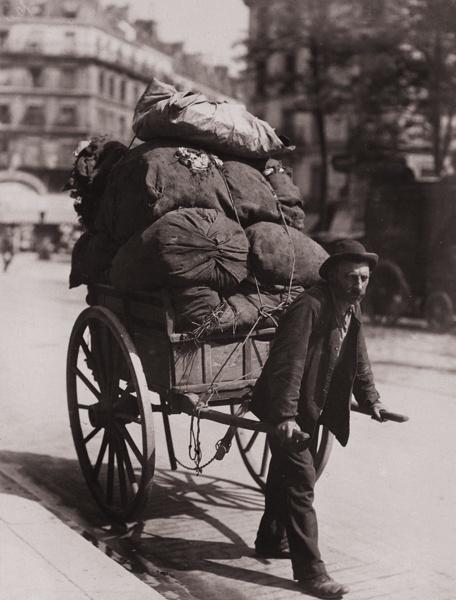 Les bennes où déposer les vêtements à donner n'existaient pas. / Collecteur de vieux vêtements. / Rags collector. / Paris, France. / By Eugène Atget, 1899.