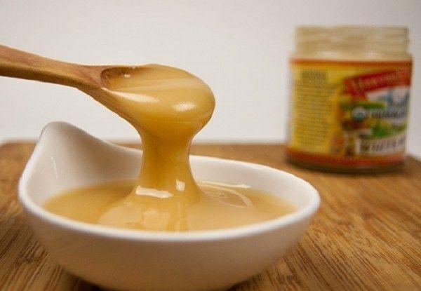 ingredientes  Cinco colheres de chá de mel orgânico Uma colher de chá de sal rosa do Himalaia Preparação Misturar os dois ingredientes bem e armazenar a mistura