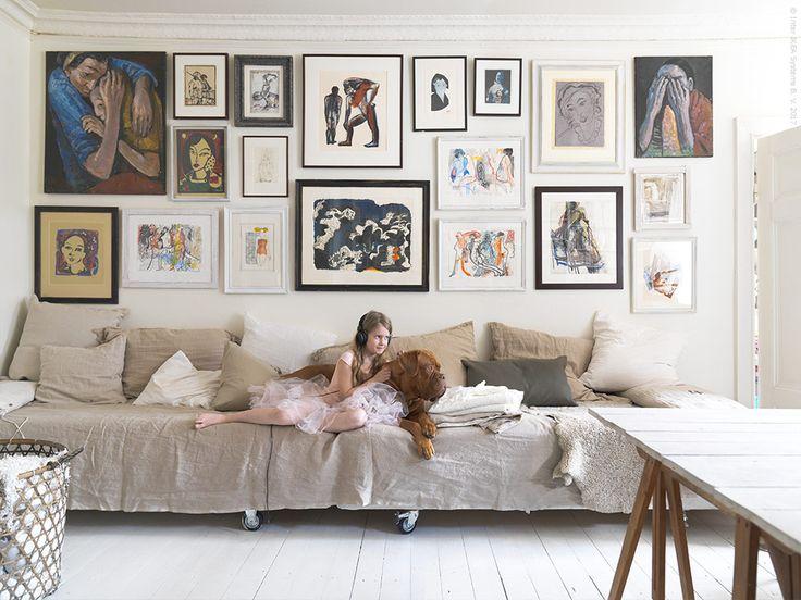 Istället för traditionell soffa, två sängar på hjul att ställa ihop till en stor säng där hela familjen får plats.