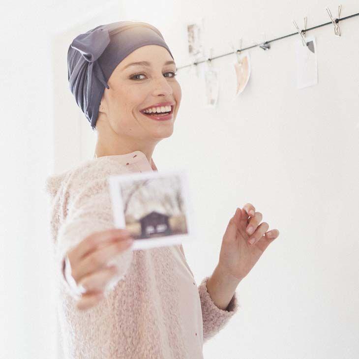 Nouvelles - 3 astuces pour rehausser votre bonnet chimio d'un petit foulard - Rosette la Vedette