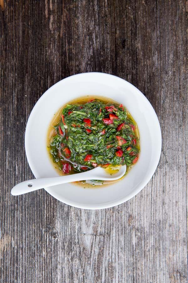 Die argentinische Sauce Chimichurri wird gerne zu gegrilltem Rindfleisch serviert, passt aber auch gut zu Fisch, Lamm oder Bratwürsten.