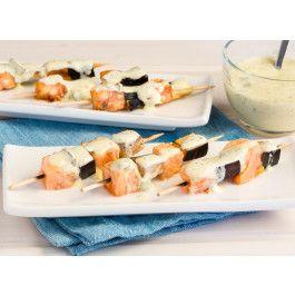 Brochetas de salmón y berenjena con salsa de yogur con eneldo y limón