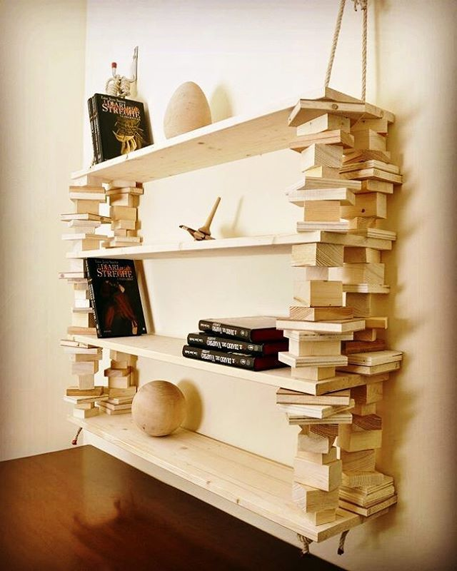Assi di #legno e ritagli di abete per una #libreria capiente e originale. Caratteristica particolare il fatto che sia tenuta assieme e sorretta da corde. Dabricoportale.it  #wood #wooddesign #legno #greendesign #design #library #forniture #rilegno #consorziorilegno #mobili #libreria #libri #bookcase #ideas