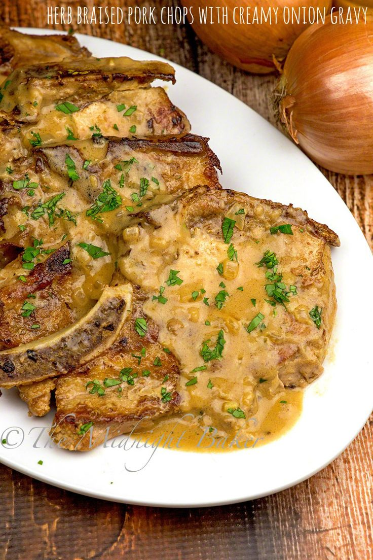 Herb assada Costeletas de porco com molho de cebola cremosa - The Midnight Baker