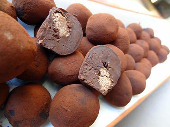La meilleure recette de Truffes au chocolat et coeur croquant pralin! L'essayer, c'est l'adopter! 5.0/5 (6 votes), 3 Commentaires. Ingrédients: 225 g de chocolat noir ( à 70%) 20clde crème fraiche liquide 20 g de miel 30 g de beurre 120 g de pralinoise (ou pâte de pralin)   60 g de chocolat au lait 90 g de gavotte cacao amer