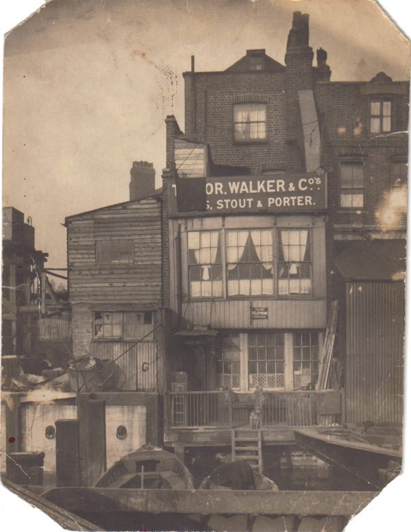 The Grapes @ Limehouse 1918. It's still there:    http://spitalfieldslife.com/2010/08/09/at-the-grapes-limehouse/#