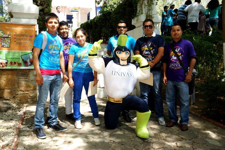 Titán UNIVAS con estudiantes.