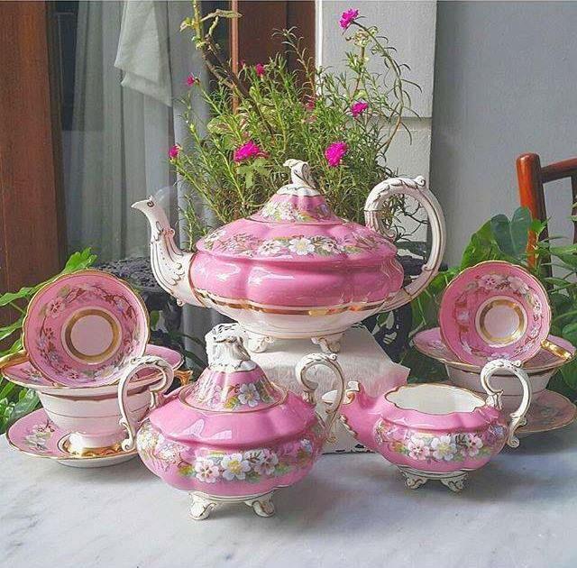 Sada na čaj * růžový porcelán s malovanou květinovou dekorací, zdobený zlatem.