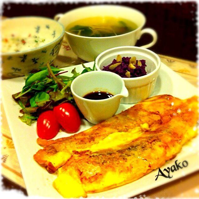 サケのチーズピカタ、卵の衣がサケの旨味を閉じ込めるので、身もパサつかずにしっとり仕上がります♡ - 129件のもぐもぐ - サケのチーズピカタ、紫芋のポテトサラダ、梅しらすご飯、青梗菜とえのきのスープ by ayako1015