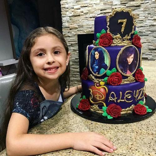 La pequeña de Larry Hernández tuvo un bizcocho de cuentos de hadas.