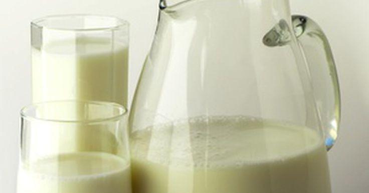 Sintomas de intolerância à lactose: Dor de cabeça. Os sintomas de intolerância à lactose podem causar complicações digestivas, como inchaço, gases e diarreia. Dor de cabeça não está entre os sintomas mais comuns, mas provavelmente está mais relacionada a uma outra condição, a alergia ao leite. A MayoClinic.com afirma que intolerância à lactose e a alergia ao leite são patologias comumente ...