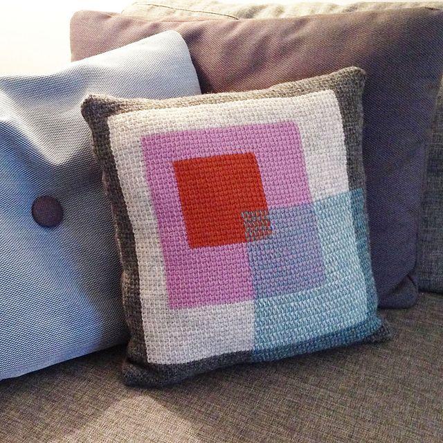 http://www.ravelry.com/patterns/library/tunisian-crochet-pillow-hakket-pude-med-firkanter