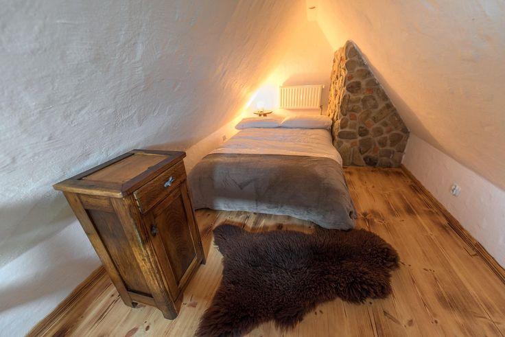 """""""Morwa"""" to dwuosobowy pokój. Na antresoli (stryszku) znajduje się sypialnia z dwoma łóżkami pojedynczymi lub jednym podwójnym, a na piętrze łazienka i sofa."""
