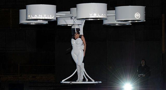 Lady Gaga presenta il suo vestito volante
